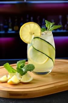 Sycylijska szklanka do napoju cytrynowego na drewnianej desce izolowanej w zielonym tle