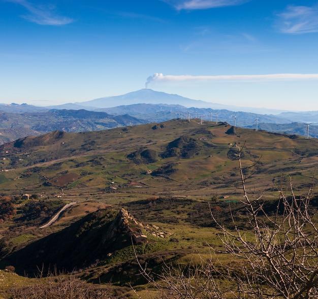 Sycylijska wieś z wulkanem etna w tle