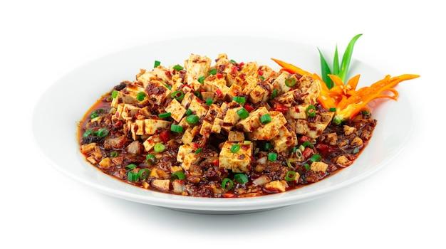 Syczuan mapo tofu z mielonym kurczakiem w czerwonym sosie chili chińska dekoracja w stylu syczuańskim rzeźbiona chili i szczypiorek sideview
