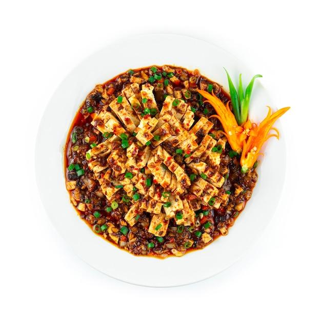 Syczuan mapo tofu z mielonym kurczakiem w czerwonym sosie chili dekoracja w stylu syczuańskim rzeźbiona chili i szczypiorek topview