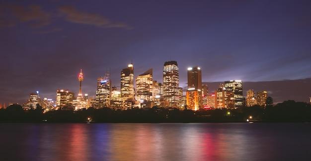 Sydney miasta widok przy nocy kolorowym lekkim australia