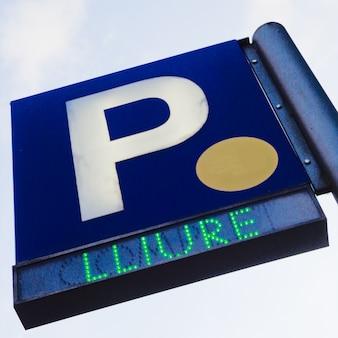 Sygnał parkingowy nad błękitnym niebem