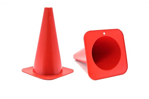 Sygnał stożka drogowego. czerwony stożek z tworzywa sztucznego z odblaskowe paski na białym tle.