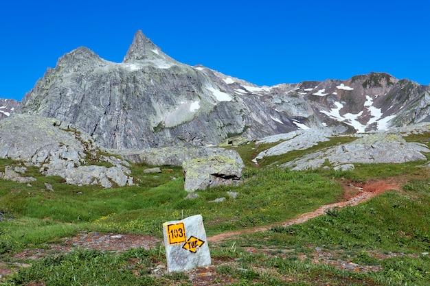 Sygnał we włoskich górach alpejskich latem