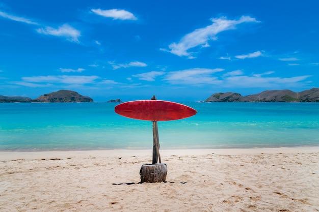 Sygnał z kopią miejsca na idyllicznej plaży z krystaliczną wodą w słoneczny dzień letniej podróży