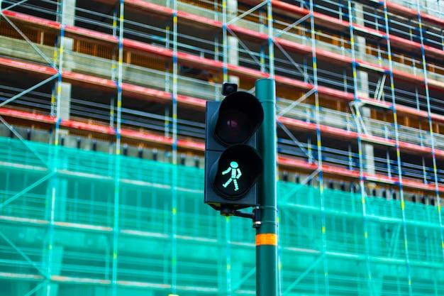 Sygnalizacja świetlna dla pieszych z zielonym człowiekiem