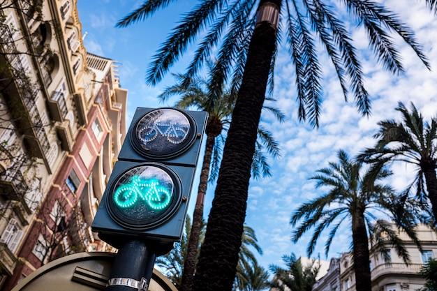 Sygnalizacja świetlna dla rowerów na pasie rowerowym w europejskim mieście, walencja, hiszpania.