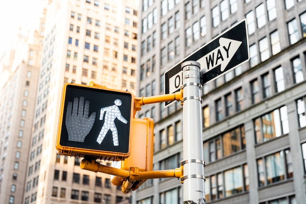 Sygnalizacja świetlna i budynki w mieście