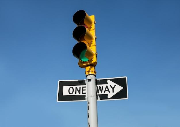 Sygnalizacja świetlna i znak drogowy w jedną stronę