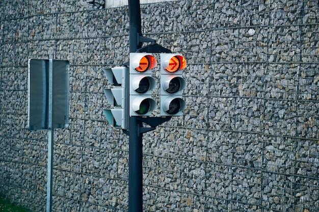 Sygnalizacja świetlna na drodze na ulicy