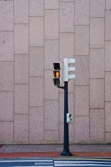 Sygnalizacja świetlna na ulicy w mieście bilbao, hiszpania