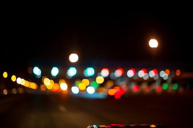 Sygnalizacja świetlna rogatka na ulicy. niewyraźny efekt rozmycia bokeh