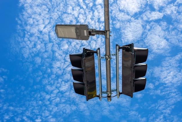 Sygnalizacja świetlna ruchu lądowego i tło błękitnego nieba