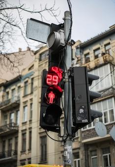 Sygnalizacja świetlna z czerwonym światłem