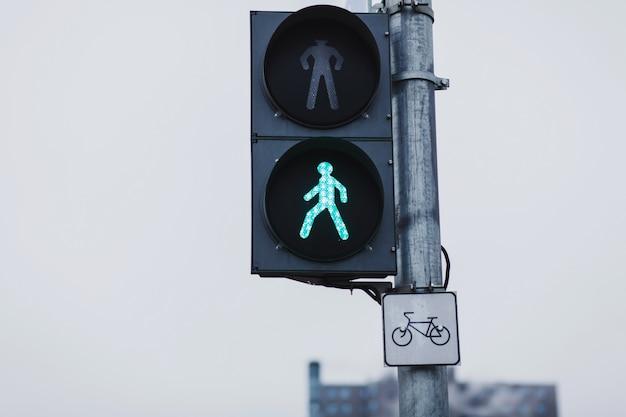 Sygnalizacja świetlna z zielonym światłem