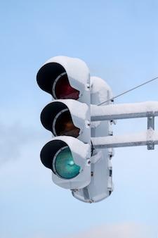 Sygnalizacja świetlna ze śniegiem