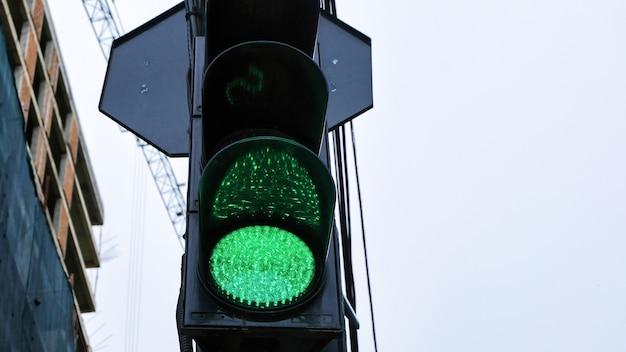 Sygnalizacja świetlna ze świecącymi na zielono