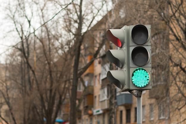Sygnalizacja świetlna, zielone światło, ulica, przepisy drogowe, samochód