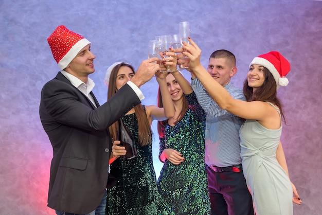 Sylwestrowa impreza. przyjaciele toastujący szampanem i świętujący nowy rok