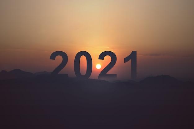 Sylwetka 2021 z niebem wschodu słońca. szczęśliwego nowego roku 2021