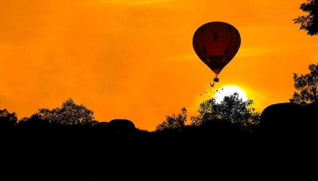 Sylwetka balonu na ogrzane powietrze na tle zachodu słońca