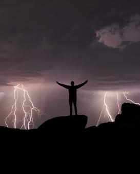 Sylwetka człowieka oglądającego nocne niebo