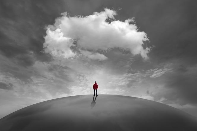 Sylwetka człowieka przed chmurami