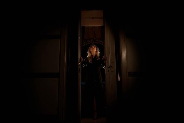 Sylwetka dziewczyny w drzwiach