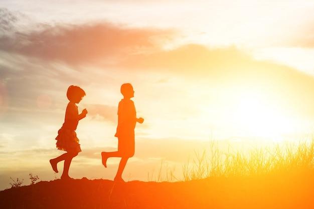 Sylwetka dziewczyny wschodów styl życia niebo