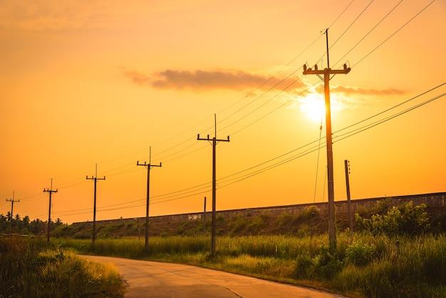 Sylwetka elektryczności poczta z pięknym zmierzchu tłem