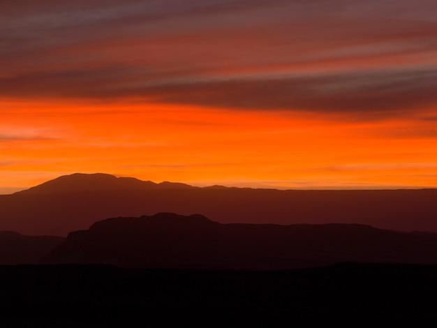 Sylwetka gór o zachodzie słońca, dolina śmierci, san pedro de atacama, prowincja el loa, antofagasta