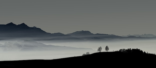 Sylwetka góry podczas zachodu słońca