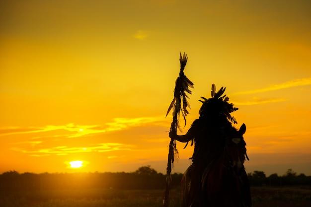 Sylwetka indian człowieka o zachodzie słońca