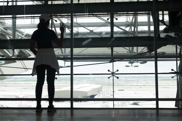 Sylwetka kobiety patrz? c na wida? samolot