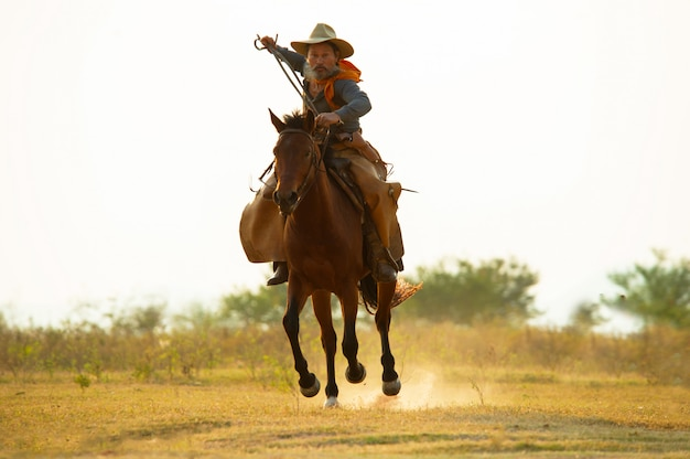 Sylwetka kowboj na koniu. ranczo