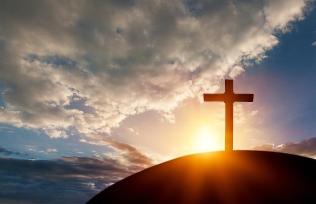 Sylwetka krzyż na tle zachodu słońca góry kalwarii. koncepcja wielkanocna - obraz