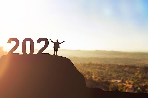 Sylwetka ludzi biznesu obchodzi nowy rok. szczęśliwego nowego roku 2021