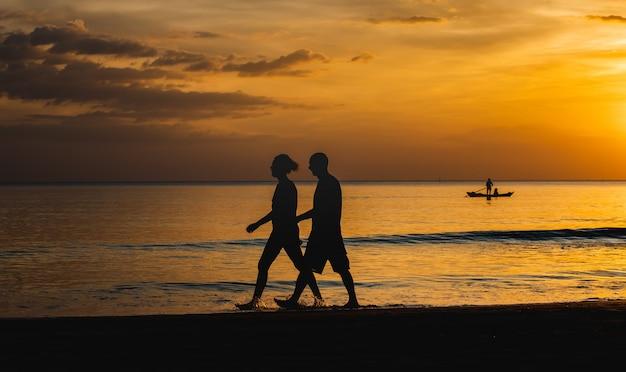Sylwetka ludzi podróżnik zachód słońca.