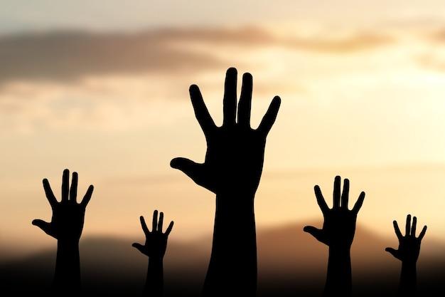 Sylwetka ludzkie ręce otwierają dłoń w górę uwielbienia tła