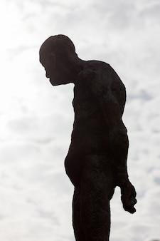 Sylwetka ludzkiej posągu z kamienia