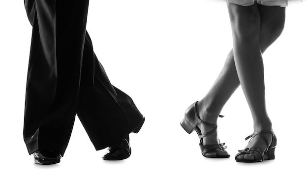 Sylwetka Małych Dzieci Tańczących Na Białym Tle Premium Zdjęcia