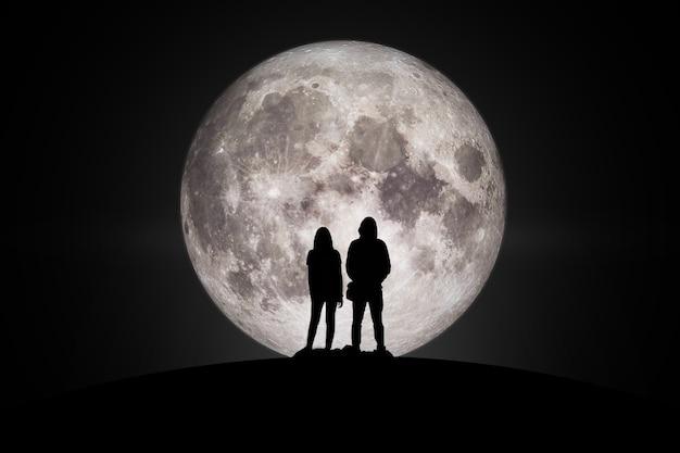 Sylwetka mężczyzny i kobiety patrząc na księżyc w miłości elementy tego obrazu dostarczone przez nasa