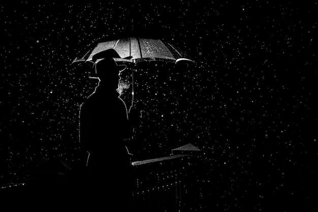 Sylwetka mężczyzny w kapeluszu pod parasolem w nocy w deszczu w mieście w starym stylu kryminalnym noir