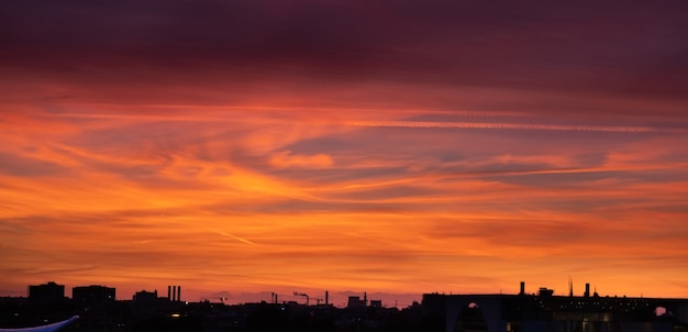 Sylwetka miasta o zachodzie słońca