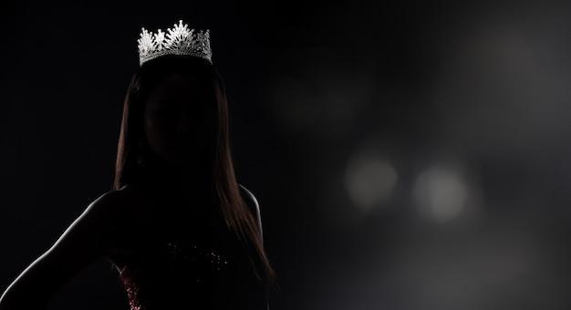 Sylwetka miss pageant contest z diamentową koroną
