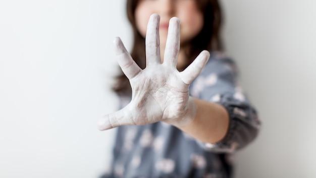 Sylwetka młoda dziewczyna z wyciągniętą ręką, sygnalizując zatrzymanie. pojęcie praw człowieka