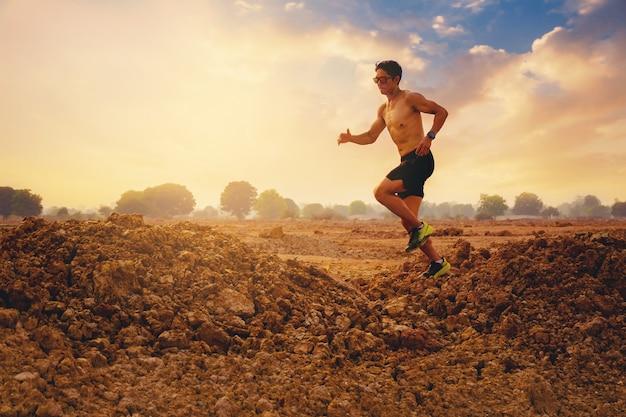 Sylwetka młodego biegacza biegacza na szczycie góry koncepcja zdrowego i stylu życia