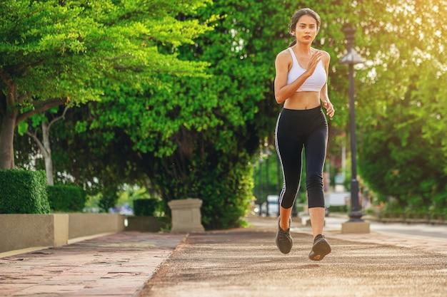 Sylwetka młodej kobiety biegającej sprintem na drodze fit runner fitness runner trening na świeżym powietrzu