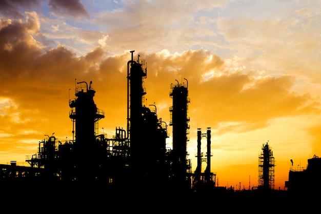 Sylwetka obraz zakładu przemysłowego ropy naftowej