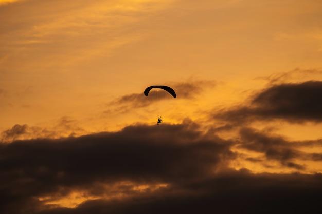 Sylwetka paramotor o zachodzie słońca